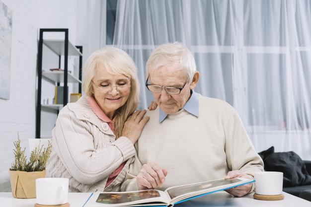 זוג מבוגר מסתכל על אלבום תמונות